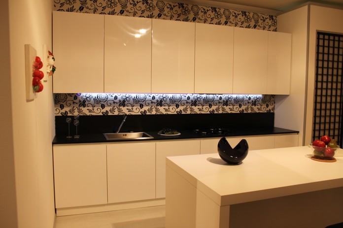 descrizione cucina avena con anta sp 24 mm laccato lucido bianco e maniglia a scomparsa integrata a filo anta profilo distanziale bianco tra basi e top
